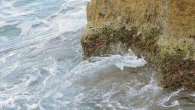 Golvenneerstorting tegen de rots op het overzees stock video