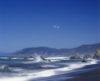 Golvenneerstorting tegen de rotsen in Mendocino-Provincie Californië Stock Fotografie