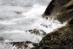 Golvenneerstortingen op kust royalty-vrije stock fotografie