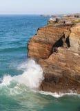 Golvenonderbreking over rotsen, de Atlantische Oceaan Stock Foto's