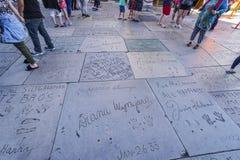 Golvet av den kinesiska teatern i Hollywood - mycket av fotspår och handprints av stjärnorna - LOS ANGELES - KALIFORNIEN - royaltyfria bilder