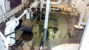 Golvet av kontrollenheten av apparaten är en hittersom fylls med olja Reparera arbete Öppning av utrustning Rengöra royaltyfria bilder