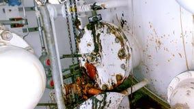 Golvet av kontrollenheten av apparaten är en hittersom fylls med olja Reparera arbete Öppning av utrustning Rengöra royaltyfria foton