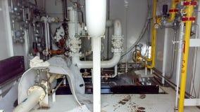 Golvet av kontrollenheten av apparaten är en hittersom fylls med olja Reparera arbete Öppning av utrustning Rengöra fotografering för bildbyråer