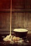 Golvmopp och hink med det våta tvåliga golvet Royaltyfri Foto