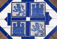Golvtegelplatta med heraldiska symboler av Spanien Arkivfoton