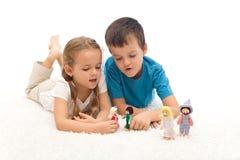 golvungar som lägger leka dockor Arkivfoton