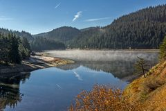 Golyam Beglik水库,保加利亚惊人的秋天风景  免版税库存照片