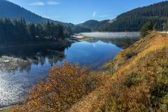 Golyam Beglik水库,保加利亚惊人的秋天风景  库存照片