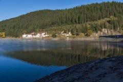 Golyam Beglik水库,保加利亚惊人的秋天风景  图库摄影