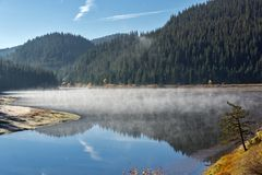 Golyam Beglik水库,保加利亚惊人的秋天风景  免版税库存图片