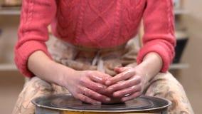 Gomółka gliniani początki wirować na garncarki ` s toczy wewnątrz ceramicznego warsztat Garncarka nawilża mnie z mokrymi rękami zbiory wideo