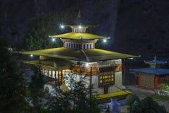 Gom Kora kloster nära Trashigang, östliga Bhutan royaltyfria foton