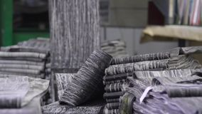 Goma antes del moldeado en una fábrica del neumático almacen de video