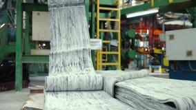 Goma antes del moldeado en una fábrica del neumático almacen de metraje de vídeo