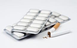 Goma de mastigação do cigarro e da nicotina. Imagem de Stock