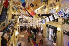 GOMA universal de la tienda de la tubería en Moscú en la decoración de la Navidad Foto de archivo