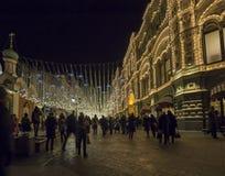 GOMA universal de la tienda de la tubería de la decoración de los días de fiesta del Año Nuevo de la Navidad en la noche, Plaza R Fotos de archivo libres de regalías