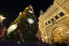 GOMA universal de la tienda de la tubería de la decoración de los días de fiesta del Año Nuevo de la Navidad en la noche, Plaza R Foto de archivo
