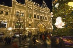 GOMA universal de la tienda de la tubería de la decoración de los días de fiesta del Año Nuevo de la Navidad en la noche, Plaza R Fotografía de archivo