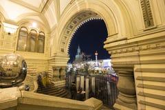 GOMA universal de la tienda de la tubería de la decoración de los días de fiesta del Año Nuevo de la Navidad en la noche, Plaza R Fotografía de archivo libre de regalías