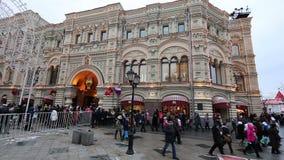 GOMA universal de la tienda de la tubería de la decoración de los días de fiesta del Año Nuevo de la Navidad, Plaza Roja en Moscú almacen de metraje de vídeo