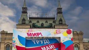 GOMA universal principal de la tienda adornada para los carteles de un día de fiesta del día de fiesta en el día del 1 de mayo--  almacen de metraje de vídeo