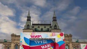 GOMA universal principal de la tienda adornada para los carteles de un día de fiesta del día de fiesta en el día del 1 de mayo--  almacen de video