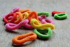 Gomas coloreadas para el trenzado del pelo Imagenes de archivo