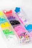Gomas coloridas en la caja plástica fotografía de archivo