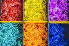 Gomas de un telar colorido del arco iris en una caja Fotos de archivo
