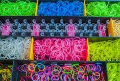 Gomas de un telar colorido del arco iris en una caja Imagenes de archivo