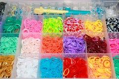 Gomas de un telar colorido del arco iris en una caja Fotografía de archivo libre de regalías