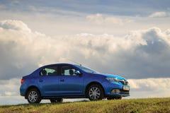 GOMEL, ΛΕΥΚΟΡΩΣΊΑ - 16 Απριλίου 2017: Όμορφο μπλε αυτοκίνητο ενάντια στον ουρανό με τα σύννεφα Στοκ Φωτογραφία