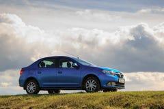 GOMEL, ΛΕΥΚΟΡΩΣΊΑ - 16 Απριλίου 2017: Όμορφο μπλε αυτοκίνητο ενάντια στον ουρανό με τα σύννεφα Στοκ Εικόνα