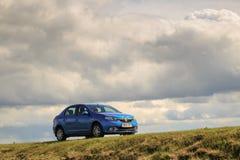 GOMEL, ΛΕΥΚΟΡΩΣΊΑ - 16 Απριλίου 2017: Όμορφο μπλε αυτοκίνητο ενάντια στον ουρανό με τα σύννεφα Στοκ εικόνες με δικαίωμα ελεύθερης χρήσης