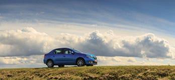 GOMEL, ΛΕΥΚΟΡΩΣΊΑ - 16 Απριλίου 2017: Όμορφο μπλε αυτοκίνητο ενάντια στον ουρανό με τα σύννεφα Στοκ εικόνα με δικαίωμα ελεύθερης χρήσης