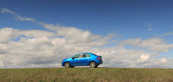 GOMEL, ΛΕΥΚΟΡΩΣΊΑ - 16 Απριλίου 2017: Όμορφο μπλε αυτοκίνητο ενάντια στον ουρανό με τα σύννεφα Στοκ Εικόνες
