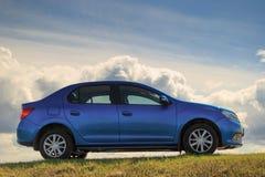 GOMEL, ΛΕΥΚΟΡΩΣΊΑ - 16 Απριλίου 2017: Όμορφο μπλε αυτοκίνητο ενάντια στον ουρανό με τα σύννεφα Στοκ Φωτογραφίες