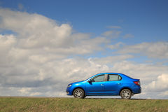GOMEL, ΛΕΥΚΟΡΩΣΊΑ - 16 Απριλίου 2017: Όμορφο μπλε αυτοκίνητο ενάντια στον ουρανό με τα σύννεφα Στοκ φωτογραφία με δικαίωμα ελεύθερης χρήσης