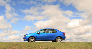 GOMEL, ΛΕΥΚΟΡΩΣΊΑ - 16 Απριλίου 2017: Όμορφο μπλε αυτοκίνητο ενάντια στον ουρανό με τα σύννεφα Στοκ φωτογραφίες με δικαίωμα ελεύθερης χρήσης