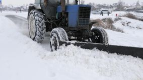 Gomel, Λευκορωσία - 1 Δεκεμβρίου 2018: Η δημοτική υπηρεσία της πόλης καθαρίζει το χιόνι στην οδό με ένα τρακτέρ απόθεμα βίντεο