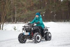GOMEL, ΛΕΥΚΟΡΩΣΊΑ - 15 ΙΑΝΟΥΑΡΊΟΥ 2017: Διακοπές χειμερινών οικογενειών χώρας Τετραγώνων το χειμώνα Στοκ Εικόνα