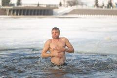 Gomel, Λευκορωσία - 19 Ιανουαρίου 2017: Λούσιμο στους ορθόδοξους ανθρώπους τρυπών στο βάπτισμα διακοπών Χριστού Στοκ Εικόνες