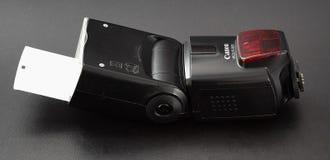 GOMEL, ΛΕΥΚΟΡΩΣΊΑ - 2 Ιουλίου 2018: Λάμψη Canon 580 σε ένα μαύρο υπόβαθρο στοκ φωτογραφίες με δικαίωμα ελεύθερης χρήσης
