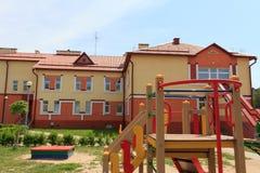 Gomel, Λευκορωσία - 3 Ιουνίου 2015: Νέος παιδικός σταθμός που ανοίγουν στο αγρο-πόλης κόκκινο Στοκ φωτογραφία με δικαίωμα ελεύθερης χρήσης
