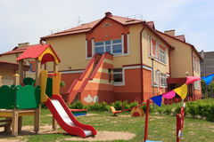 Gomel, Λευκορωσία - 3 Ιουνίου 2015: Νέος παιδικός σταθμός που ανοίγουν στο αγρο-πόλης κόκκινο Στοκ φωτογραφίες με δικαίωμα ελεύθερης χρήσης