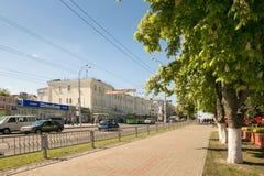 GOMEL, ΛΕΥΚΟΡΩΣΊΑ - 14 Μαΐου 2017: Κυκλοφορία των ατόμων και των αυτοκινήτων κατά μήκος της οδού Sovetskaya στην πόλη Gomel Στοκ Φωτογραφίες