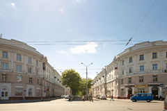 GOMEL, ΛΕΥΚΟΡΩΣΊΑ - 14 Μαΐου 2017: Κυκλοφορία των ατόμων και των αυτοκινήτων κατά μήκος της οδού Sovetskaya στην πόλη Gomel Στοκ φωτογραφία με δικαίωμα ελεύθερης χρήσης
