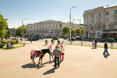 GOMEL, ΛΕΥΚΟΡΩΣΊΑ - 14 Μαΐου 2017: Κυκλοφορία των ατόμων και των αυτοκινήτων κατά μήκος της οδού Sovetskaya στην πόλη Gomel Στοκ φωτογραφίες με δικαίωμα ελεύθερης χρήσης